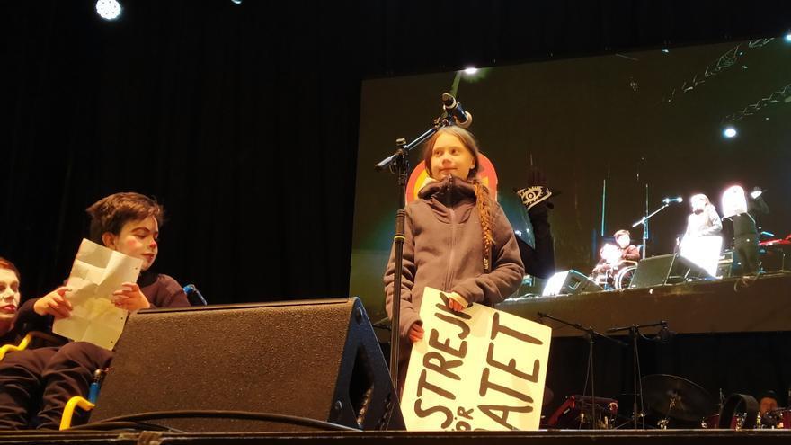 Greta Thunberg se dispone a intervenir tras la Marcha por el Clima de Madrid. / Jose Verdugo