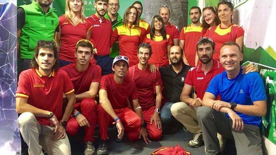 Componentes de la Reventón Trail con miembros de la selección nacional durante el pasado mundial.