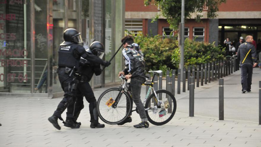 Momento de la agresión por parte de los Mossos d'Esquadra.