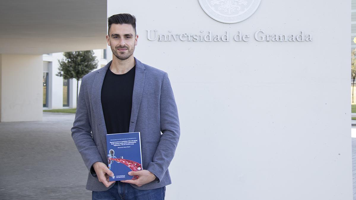 Francisco Amaro posa con su premiada tesis.