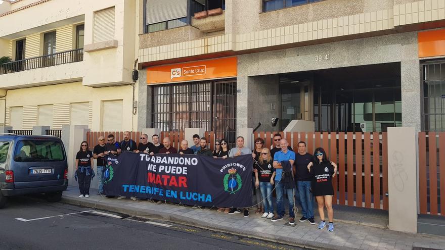 Protesta por fuera de la sede principal de Ciudadanos en Santa Cruz, este martes