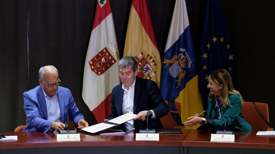 Casimiro Curbelo, Fernando Clavijo y Rosa Dávila, en la firma del FDCAN para La Gomera