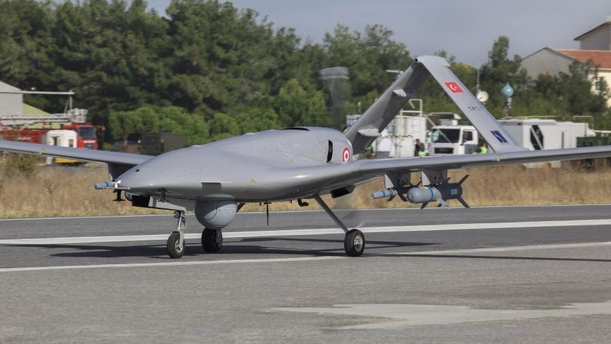 Imagen del dron Bayraktar TB2 fabricado por la empresa turca Baykar con piezas ideadas y suministradas por una empresa británica