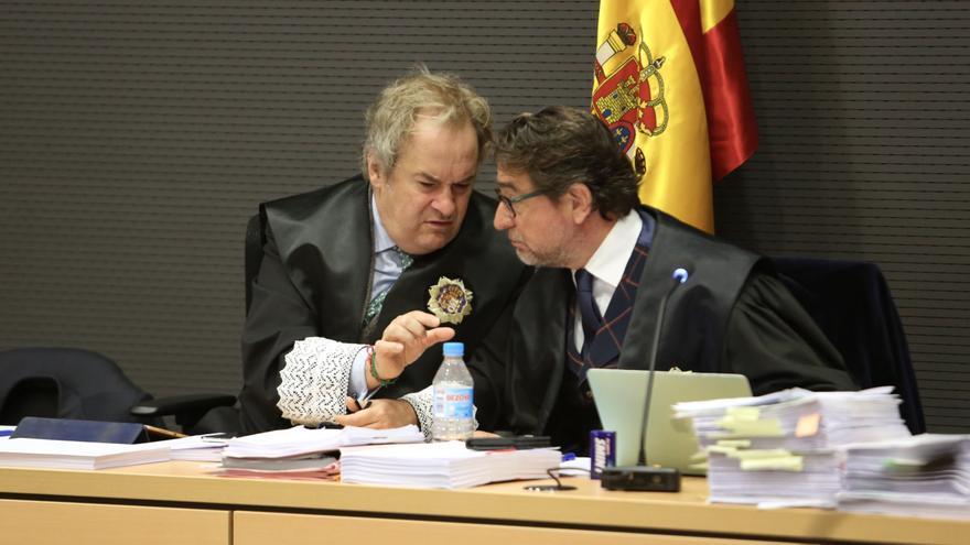Carlos Vielba habla con Salvador Alba durante un momento de la sesión. (ALEJANDRO RAMOS)