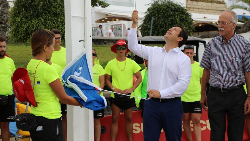 José Julián Mena, alcalde de Arona, iza la Bandera Azul en la playa de Las Vistas