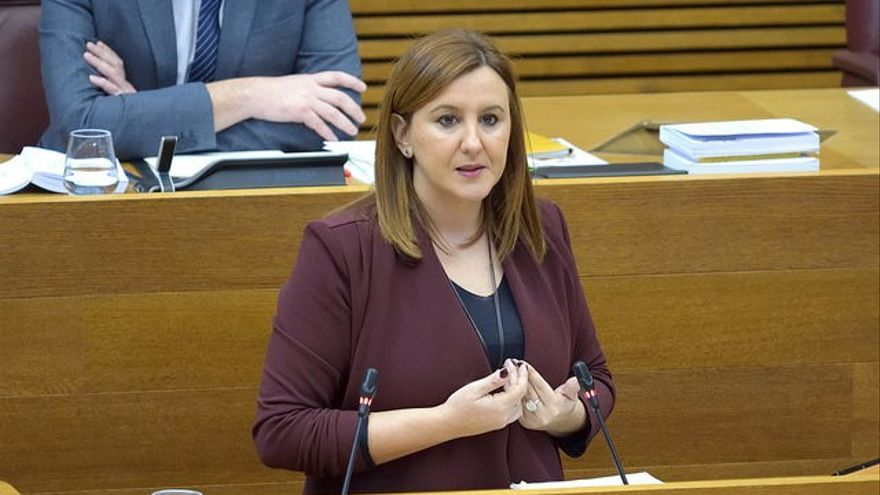 La diputada popular María José Català interviene en un pleno de las Corts