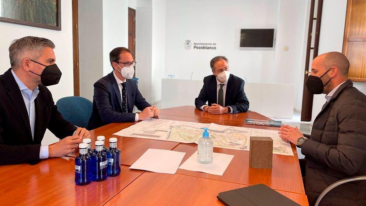 El delegado de Turismo, Regeneración, Justicia y Administración Local de la Junta en Córdoba, Ángel Pimentel (al fondo), en su visita a Pozoblanco.