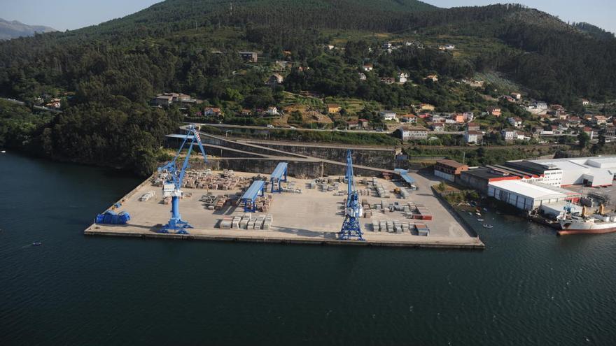Uno de los muelles del Puerto de Vigo en la ensenada de San Simón, junto al puente de Rande