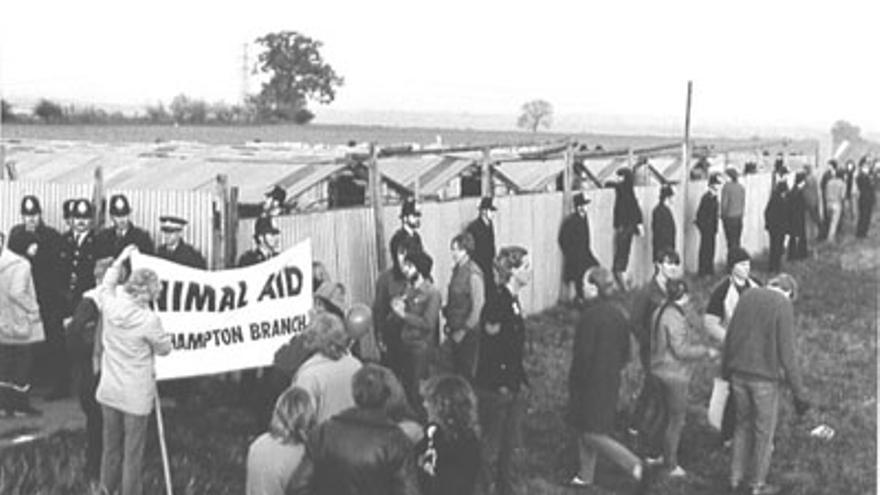 La granja Cocksparrow custodiada por policías