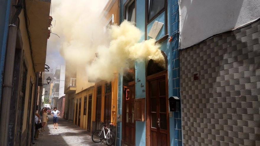 Incendio en la vivienda de tres plantas situada en la calle El Pozo  del Puerto de Tazacorte. Foto: BOMBEROS LA PALMA.