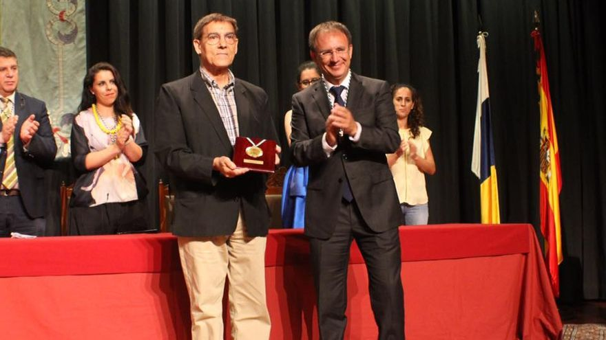 Tomás Cabrera recibe la Medalla de Oro de manos de Sergio Rodríguez.