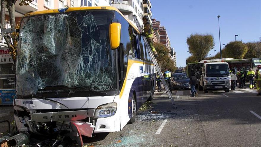 Cinco heridos al salirse de vía autocar cuyo conductor sufrió indisposición