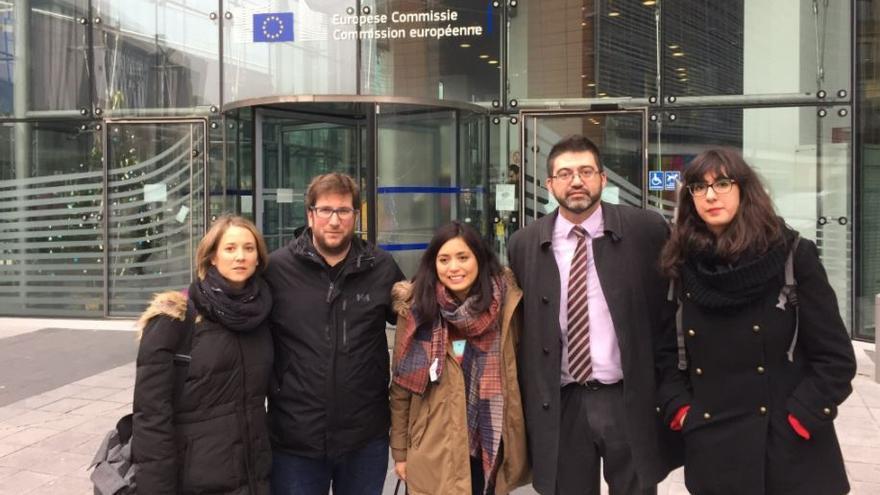 Carlos Sánchez Mato, junto con miembros de IU y Podemos en el Parlamento Europeo