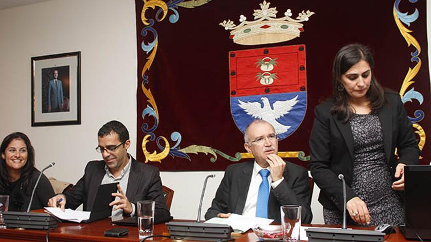 Asenet Padrón (dcha.), en un pleno del Ayuntamiento de Arrecife / Foto: De la Cruz.