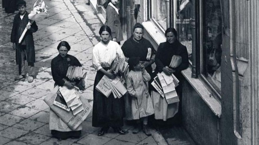 Junto a su hermano Manuel y a su hermanastro Mauricio Rodríguez de Lasso fundó en 1895 el periódico El Cantábrico, que llegó a vender 13.000 ejemplares. En la fotografía, vendedoras de El Cantábrico en Santander.