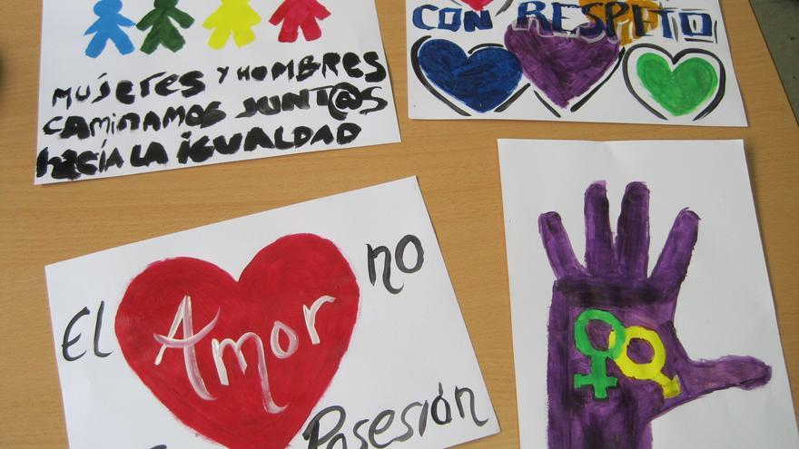 Trabajos de alumnos del taller 'Por los Buenos Tratos' en un instituto de Córdoba.