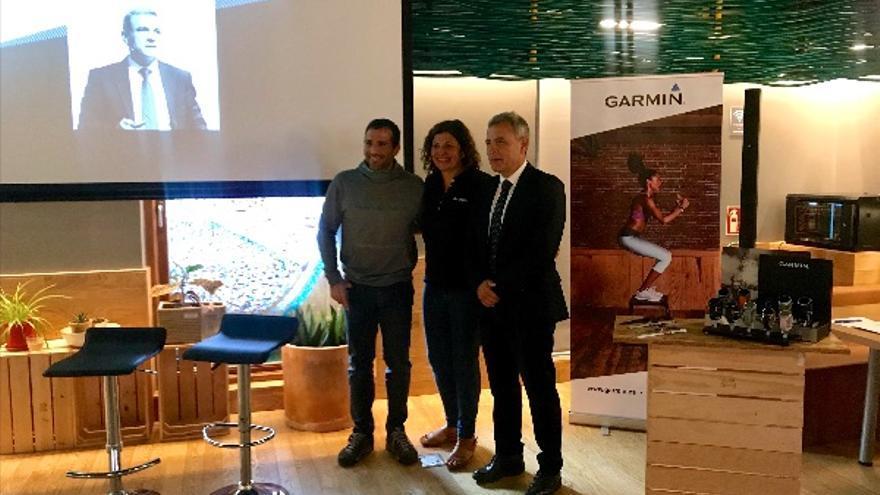De izquierda a derecha: Álex Txikon, Natalia Cabrera y el Dr. Gil Rodas.