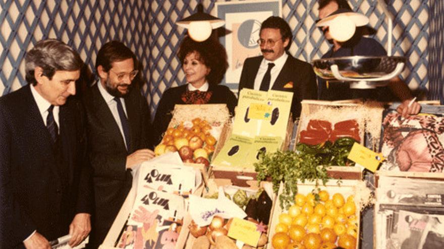En el stand de La luna de Madrid (1985): Antonio Bonet Correa, Javier Solana (entonces Ministro de Cultura), Juana de Aizpuru y Joaquín Leguina