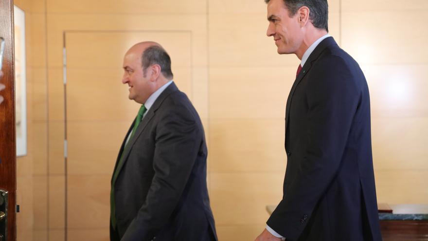 El presidente del Gobierno en funciones, Pedro Sánchez (dech) y el presidente del EBB del PNV, Andoni Ortuzar  (izq), a su llegada al por la firma del acuerdo entre el PSOE y el PNV para la investidura de Pedro Sánchez