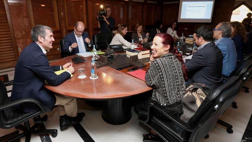 El presidente del Gobierno de Canarias, Fernando Clavijo (i), y la vicepresidenta, Patricia Hernández (d), durante la reunión del Consejo de Gobierno. (EFE/Elvira Urquijo A.)