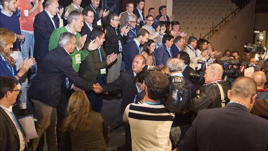 Monago es recibido entre aplausos en la convención del PP en Cáceres