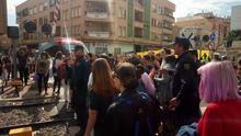 La policía carga contra una mujer en las vías a la altura de Santiago El Mayor