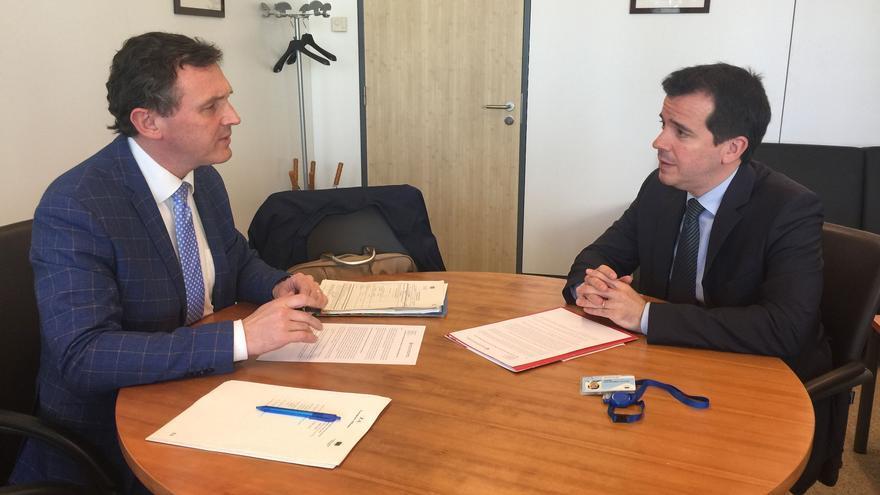 Karl Vanlouve, presidente del Grupo European Alliance del Comité de las Regiones, con Mikel Irujo, delegado del Gobierno de Navarra en Bruselas.