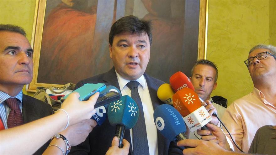 El alcalde de Huelva atiende a la prensa antes de un pleno municipal.