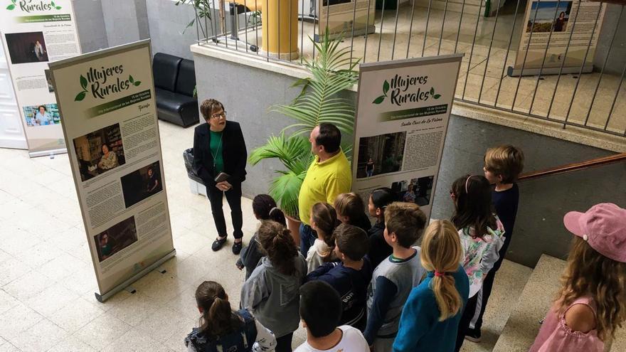 Visita de los escolares a la exposición.