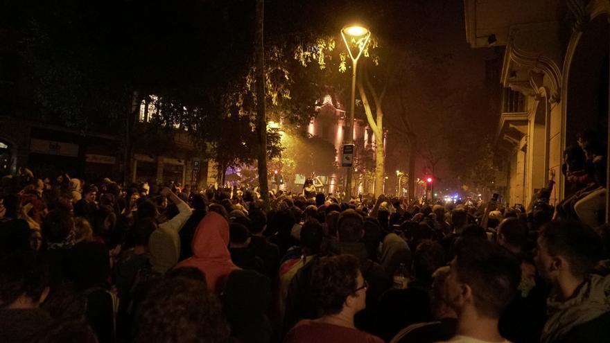 Manifestantes durante la noche de protestas