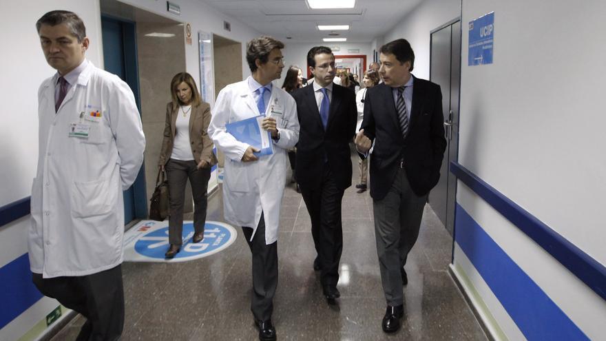 El presidente de la Comunidad de Madrid, ignacion González, en un visita a un hospital.