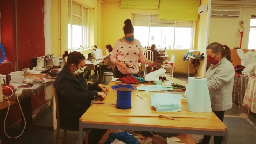 El colectivo 'Mujeres Sembrando' confecciona cientos de mascarillas para sanitarios y obreros a pie de calle