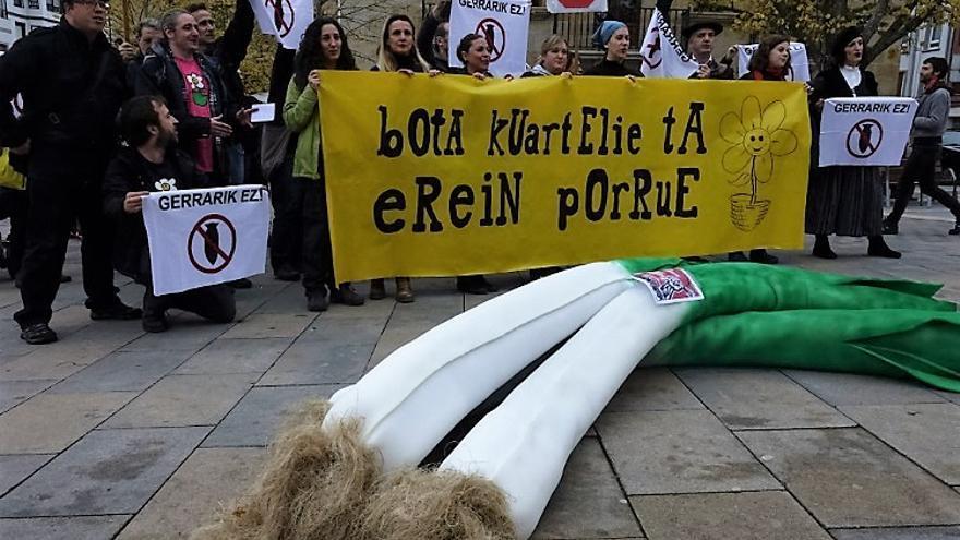 Un momento de la protesta de los antimilitaristas.