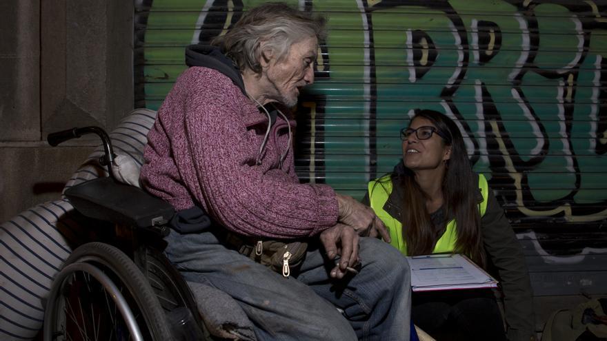 Una voluntaria entrevista a una persona sin hogar en Valencia