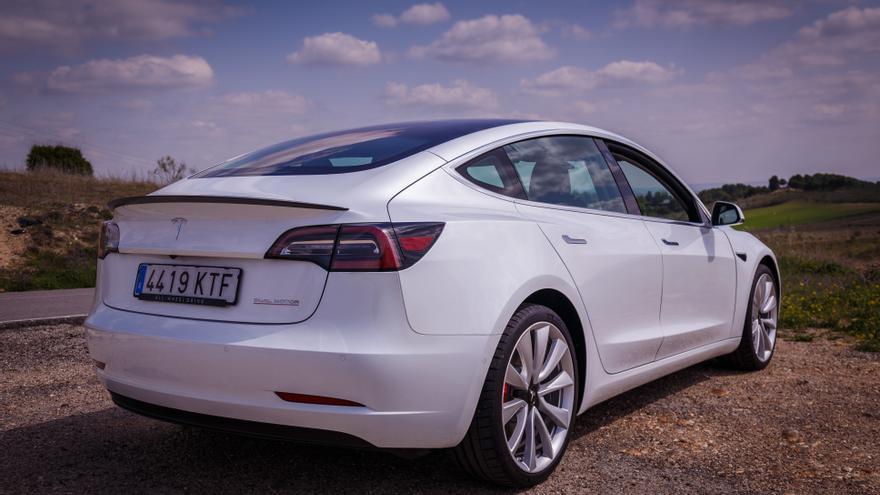 Imagen de la parte posterior del Tesla Model 3.