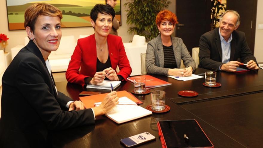 María Chivite y Elma Saiz (PSN) en una reunión de negociación de los presupuestos con Bakartxo Ruiz y Adolfo Araiz (EH Bildu)