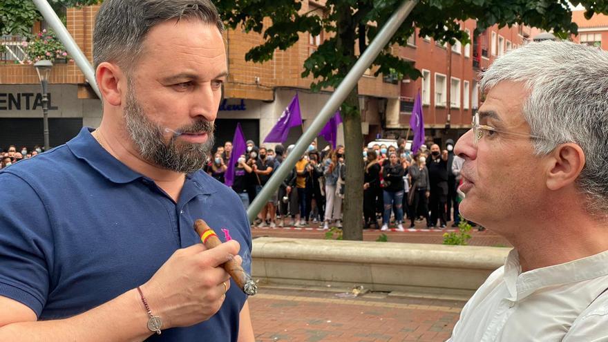 Niko Gutiérrez, con Santiago Abascal, en el acto de Vox en Sestao