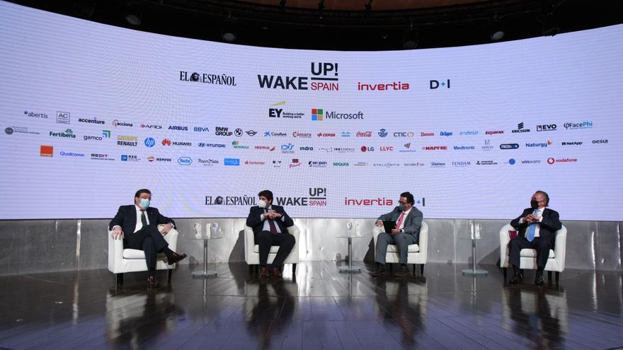 El presidente de Extremadura, Guillermo Fernández Vara, en una mesa redonda junto al presidente de Murcia, Fernando López Miras, y otros intervinientes en el 'Wake Up, Spain'