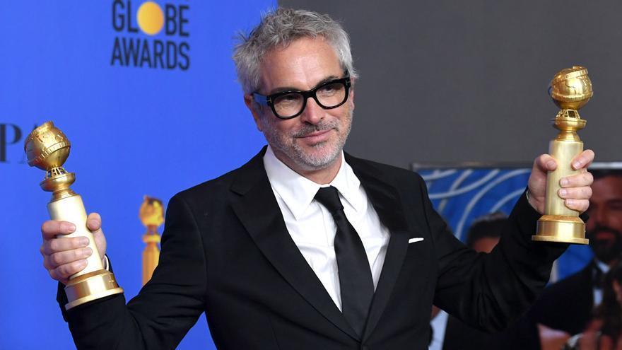 Alfonso Cuarón, con los dos Globos de Oro conseguidos por su película 'Roma'