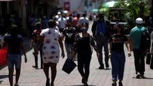 Personas con tapabocas son vistas mientras caminan en la avenida central en Ciudad de Panamá (Panamá). EFE/Bienvenido Velasco/Archivo