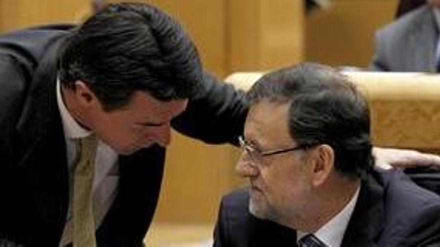 El presidente del Gobierno, Mariano Rajoy, conversa con el ministro de Industria, José Manuel Soria, durante su comparecencia ante el pleno del Congreso con el objeto de ofrecer su versión del caso Bárcenas.
