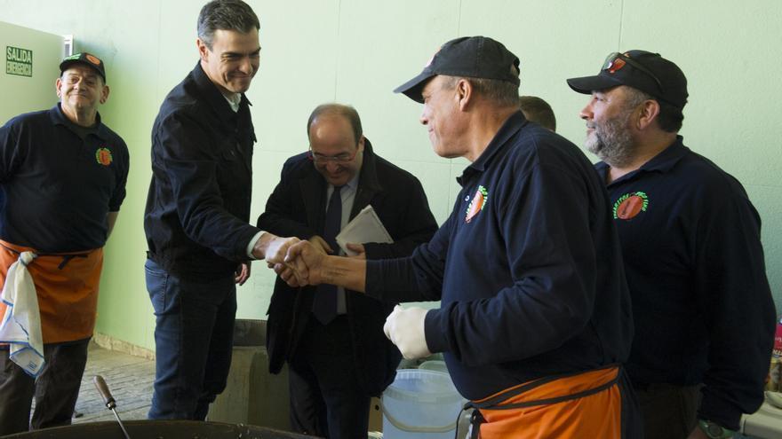 Pedro Sánchez y Miquel Iceta saludan a los cocineros de una paella en el mitin de Terrasa