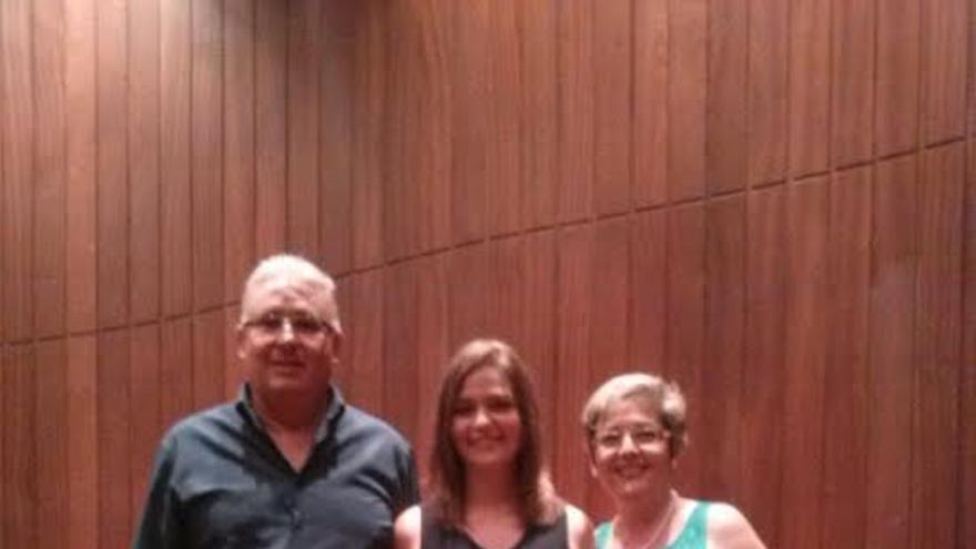 Sofía junto a sus padres en el acto celebrado en la Universidad de La Laguna.