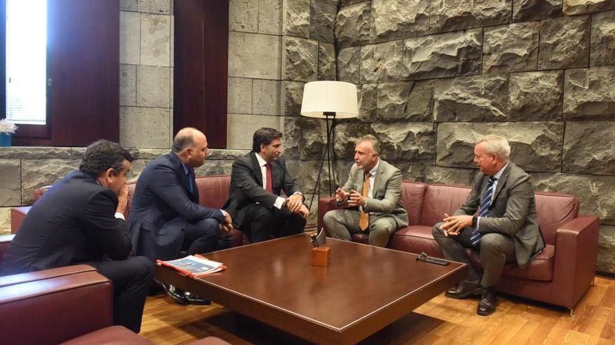 El presidente y CEO de Toyota España, Miguel Carsi, y el propietario y CEO de Toyota Canarias, Ismael Alemán Domínguez, junto al presidente de Canarias, Ángel Víctor Torres.