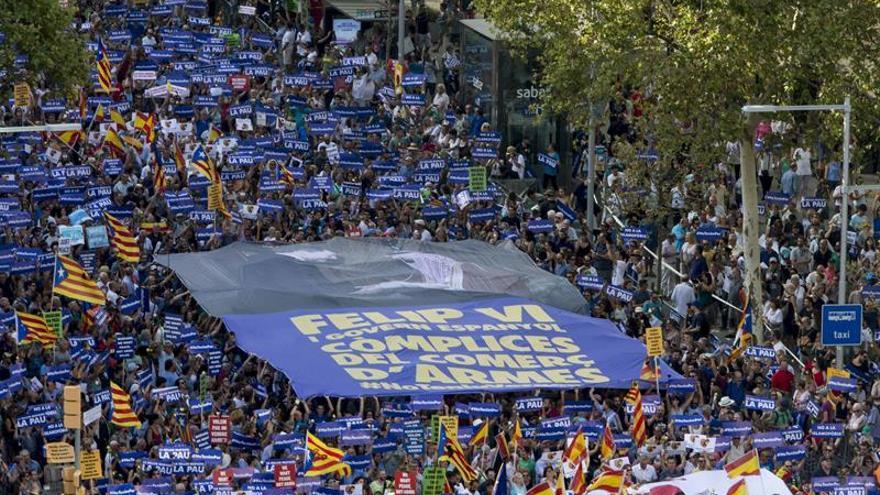 Algunos manifestantes visten de azul en rechazo a la política armamentística