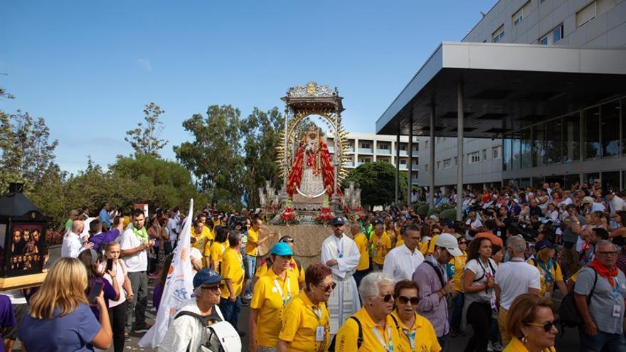 La virgen de Candelaria, por fuera del hospital público que lleva su nombre en la capital tinerfeña este viernes