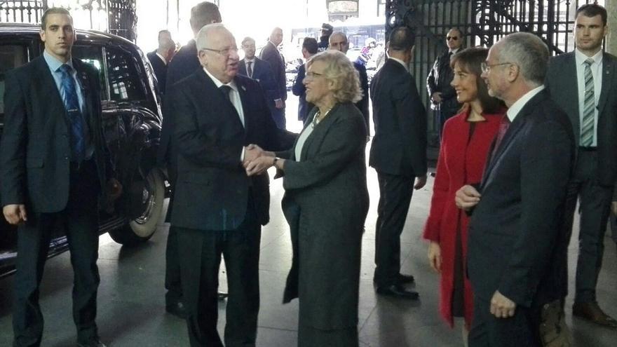 Carmena entrega las Llaves de Oro de Madrid al presidente de Israel con protesta en la calle