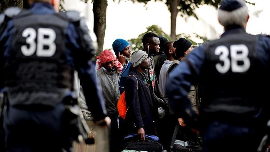 Se desmantela de nuevo un campamento con cientos de inmigrantes en París