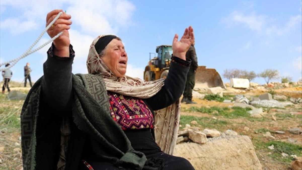 Una mujer se lamenta ante la demolición de su casa el pasado 1 de marzo situada cerca de la ciudad de Hebrón, dentro del Área C, en el cual Israel tiene un elevado control.