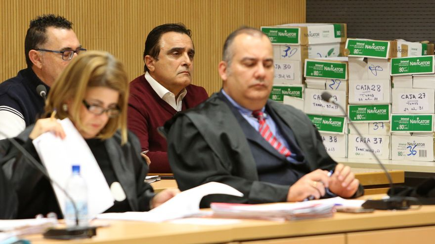 El exalcalde Francisco Valido, con su abogado en la fila anterior, (ALEJANDRO RAMOS)